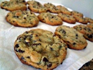 low carb chocchipcookies 133-150g Mandelmehl, 1/4 TL Salz, 1/4 TL Natron, 20 ml neutrales Öl, 115g granulierter Zuckerersatz, 2 EL Vanilla Extrakt, 56,7g ChocChips (optinoal 54g gehackte (Wal)nüsse)