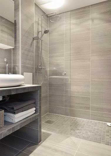 Douche à l'italienne avec carrelage gris dans une salle de bain moderne