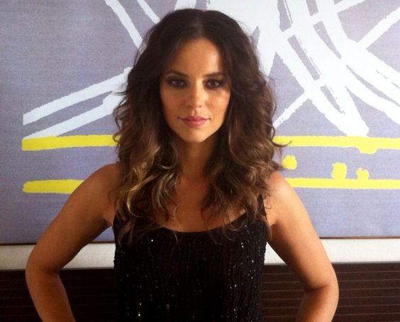 Caracterizador da atriz em 'Felizes para Sempre?' ensina truque caseiro para deixar os fios com efeito ondulado e sensual ♥