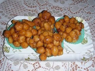 """La cucina di Marina: La cicerchiataIngredienti per 5 uova 5 uova  5 cucchiaini di zucchero  Mezzo guscio d'uovo di olio di semi  5 cucchiai di mistrà  Mezzo cucchiaino di bicarbonato di sodio  Farina """"00"""" quanto basta per ottenere un impasto abbastanza morbido (circa mezzo kg) Olio di arachidi per friggere     Per la mielatura 500grammi di miele  Un cucchiaio e mezzo di zucchero  Un cucchiaio di cacao  100 grammi di mandorle tostate  Un goccio di mistrà"""