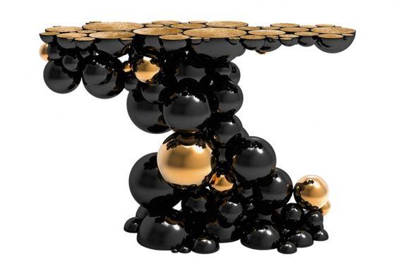 Tavolo Newton di Boca do Lobo, realizzato con sfere in alluminio e piano impiallacciato in radica di noce, 14.870 euro.