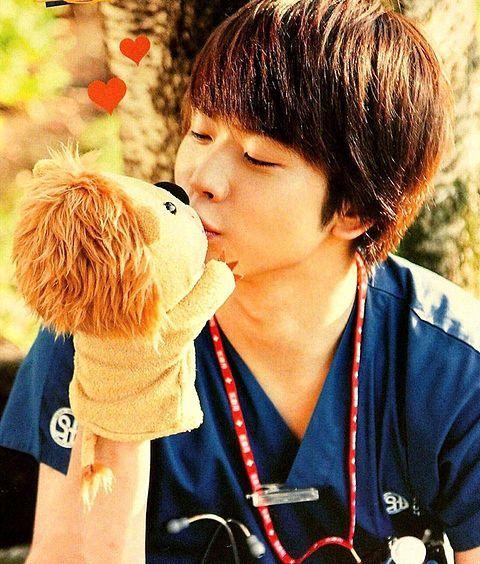 ぬいぐるみにキスをする増田貴久