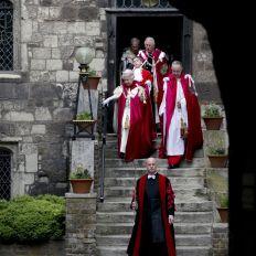 La reina de Inglaterra celebra con pompa medieval la reunión de caballeros de la Orden de Bath