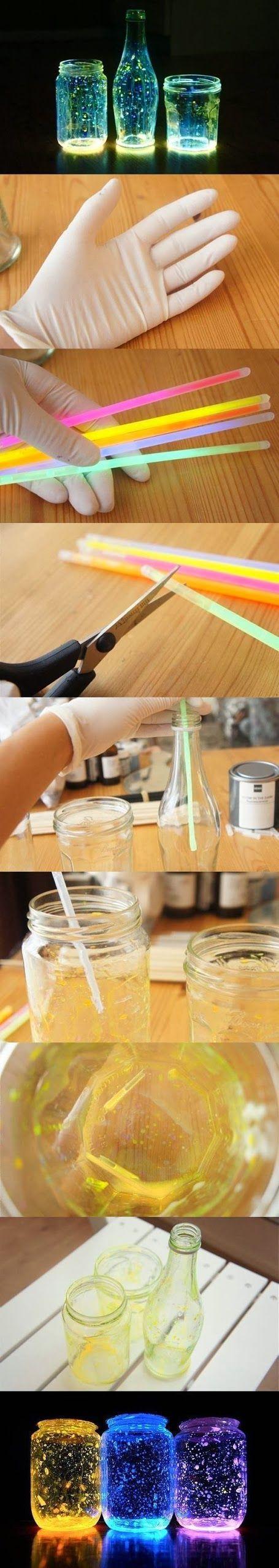 Prendre des pots de confitures, des bat et lumineux, les ouvrir, puis mettre le liquides dedans, puis refermer le couvercles, bien sûr décorés également.