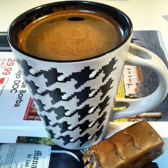 Kawa z batonikiem u Tosi,która nam zrobiła pobudkę o 6.Wokół panowała ciemność i padał deszcz.#porannakawa #kubek #witamserdecznie #morningcoffee #goodmorning #mug