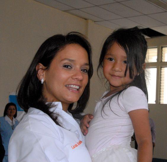 Stella Alonzo apoyando la labor de la Clínica de Labio Leporino
