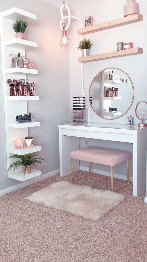 decoração para penteadeira branca com detalhes em rosa pastel
