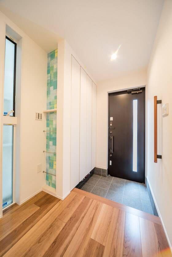 扉を同じ高さに設定してスッキリした印象のホールに 注文住宅 家