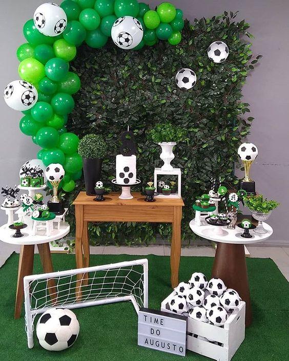 O Time do Augusto irá jogar uma partida de futebol hoje ⚽🏆 . Projeto @mamisfestasinfantis Balões @veryhappybaloes Doces…