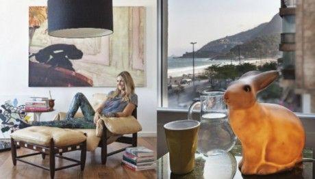 Fernanda Lima na sala de estar, na poltrona de Sergio Rodrigues; à direita, luminária em forma de coelho, presente de uma amiga #bunnyinthewindow
