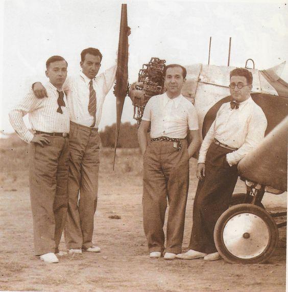 RETRATOS DE FAMILIA: Luis Vidal Corella con unos amigos en el Aeroclub.
