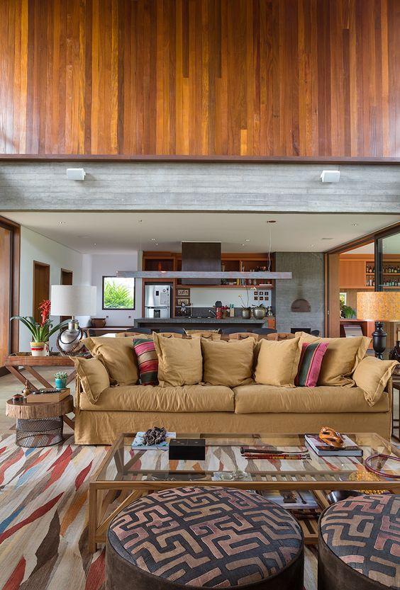 Marina Linhares misturou diversos tecidos nesse ambiente lindo. #almofada #sofa #pufe #tapete #mesadecentro
