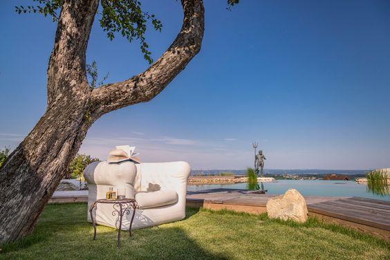 Wiese, Wasser, blauer Himmel, ein Glas Wein, ein gutes Buch ... was braucht es mehr im Urlaub?