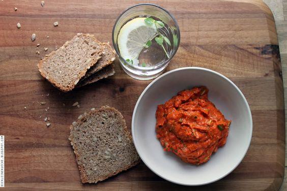 Die Kleine Küche: Feta-Brotaufstrich mit gegrillter Spitzpaprika