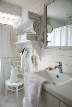Shabby Chic - Farmhouse Bathroom - all white space with ship lap walls - Wonen Con Amore