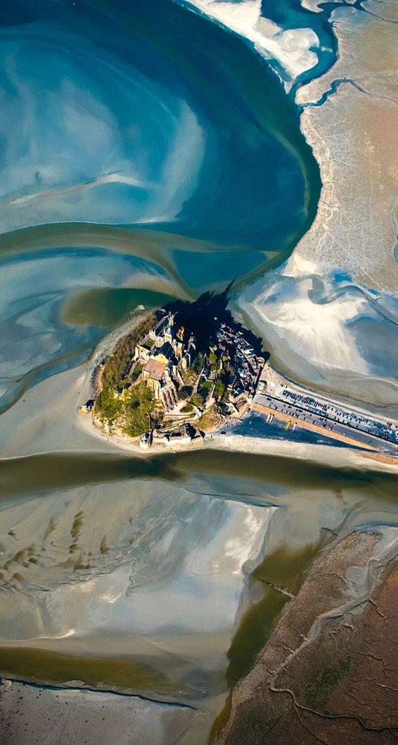 Mont Saint Michel half in Normandy half in Britanny. C'est le Couesnon qui délimite les deux régions