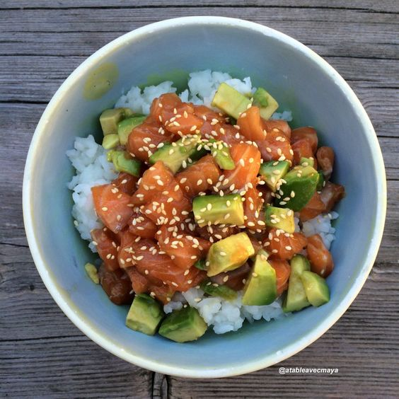 Voici le poke bowl! Un bol de riz, saumon cru et avocat marinés dans une délicieuse sauce soja.
