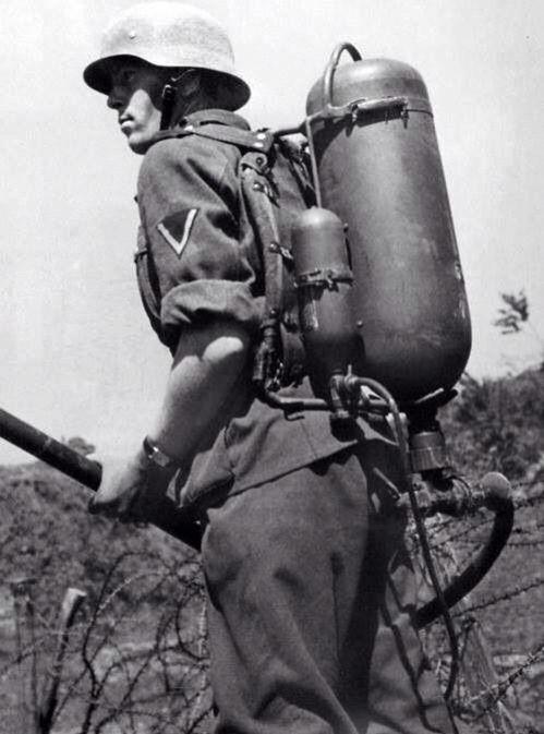 Soldado alemán con un Flammenwerfer 35 o FmW 35, un lanzallamas.