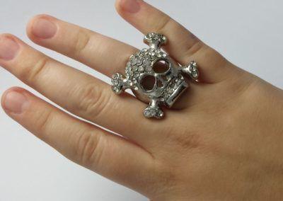 anel de caveira feminino no dedo