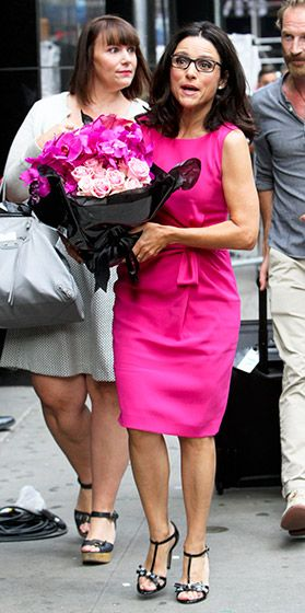 A spexy Julia Louis-Dreyfus offset her pink get-up with a sleek pair of rectangular black frames - perfection!