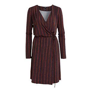 Ženské zavinovací šaty jsou skvělou volbou na  oslavy, párty či večeře. Stačí k nim přidat třpytivou bižuterii a lodičky na podpatku.