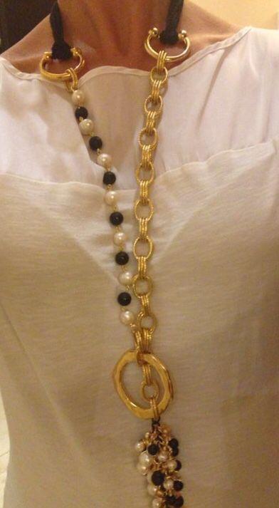 Collar con cadena de aluminio, perlas, piedras, aro Zamak y cuero. Materiales