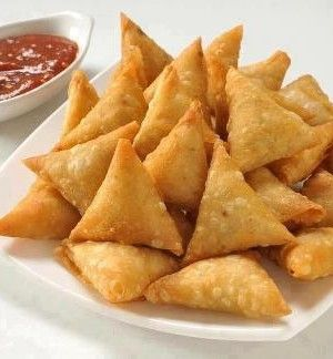 • 2 Cups chicken boneless(slice in very little square pieces)• 3-4 Onions(cut in very small square pieces)• 1 Bunch of Coriander• Salt as needed• Half tea spoon of garlic and ginger paste• Red chillies (Kutti lal mirch)• 5-6 Green chillies• 2 table spoon of oil• Readymade samosa paper• White flour (maida)make thick paste with water