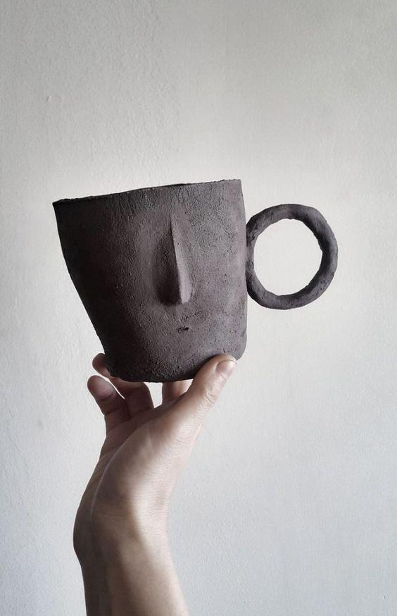 Visage minimaliste pour cette tasse en terre cuite handmade