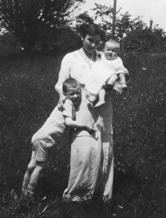 Elisabeth Schmid-Fehr mit ihren beiden Kindern Hans-Peter und Esther, 1914 #throwbackthusday #tbt #WW1 #ersterWeltkrieg #WWI #anno1914