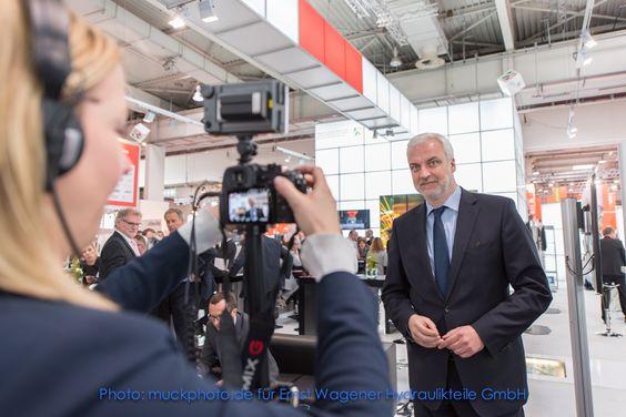 Minister im Interview auf dem Gemeinschaftsstand des Landes NRW auf der HMI 2016 in Hannover.