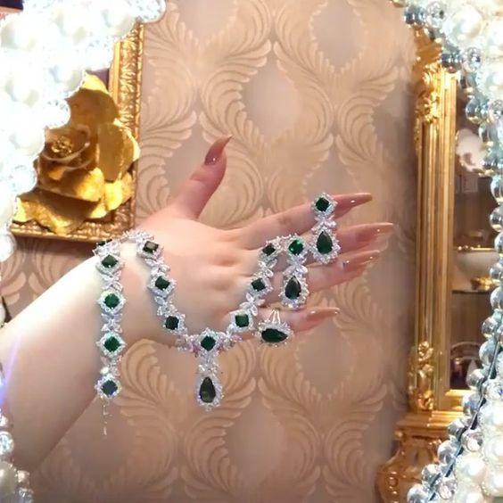 طقم الماس صناعي مطلي ذهب ابيض مع احجار بلون الزمرد من ميترا لندن لندن بوتيك سكوير الموزع المعتمد لشركة نشحت من ل Luxury Jewelry Jewelry Lover Wholesale Jewelry