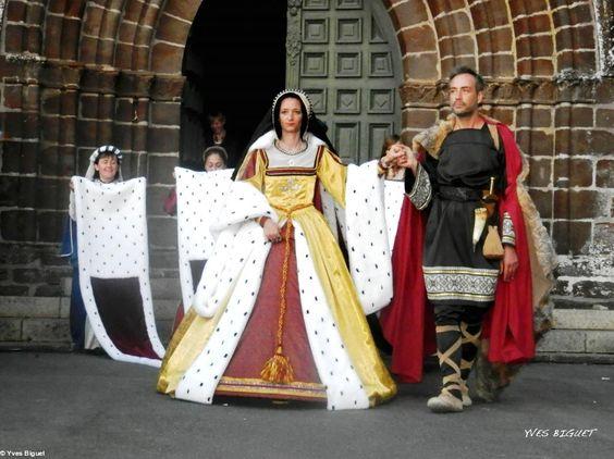 Anne de Bretagne : Coiffe noire avec bordure blanche, col blanc carré, robe jaune ornée d'hermine