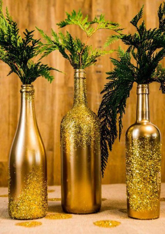 Confira 10 madeiras de decorar a sua mesa de Natal com garrafas de vinho. As ideias são lindas e econômicas.: