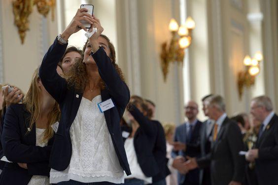 SELFIE AU PALAIS ROYAL LAEKEN : Près de 200 athlètes ont été accueillis au Palais Royal de Laeken, à l'invitation du Roi Philippe et la Reine Mathilde, en rapport avec les grandes compétitions de 2013 et 2014, les Jeux Olympiques d'hiver à Sotchi, les Championnats d'Europe d'athlétisme et les Jeux paralympiques. Un groupe de hockeyeuses ont profité du temps d'attente pour faire des selfies amusants.