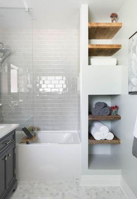 Opruimschappen in kleine badkamer