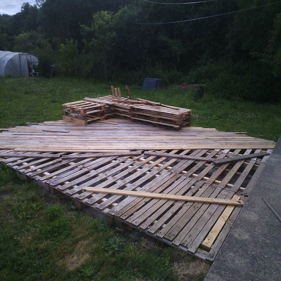 Decks ps and pallets on pinterest for Pallet patio floor