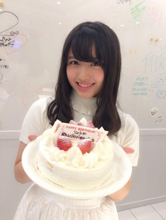 ホールケーキを持つ大和田南那