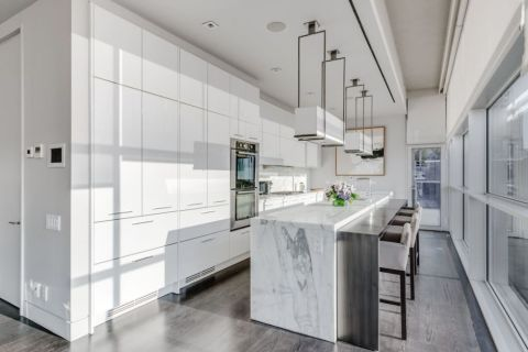Cortesia do Airbnb, o tríplex no Chelsea foi disponibilizado para a família ficar bem (beeem) a vontade.