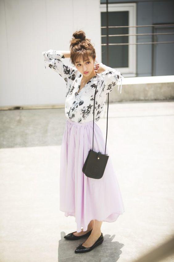 ピンクのフレアスカートの堀田茜