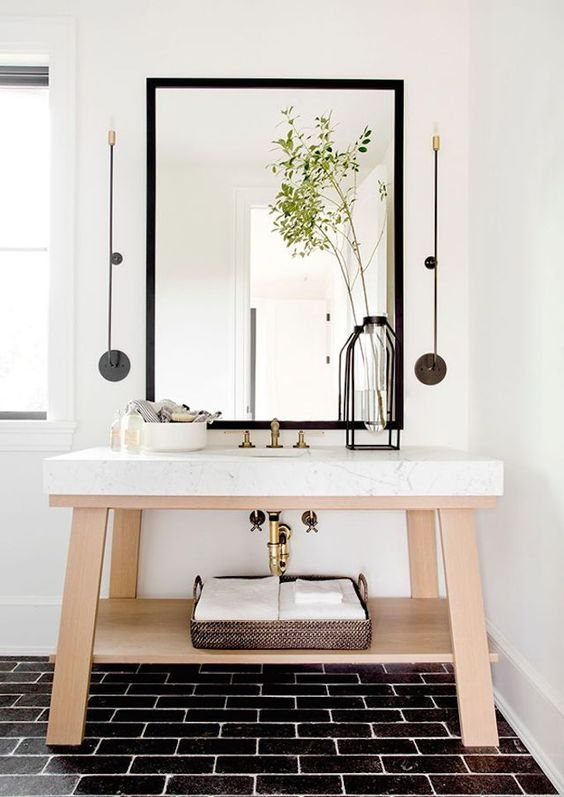 Beautiful bathroom ideas and inspiration - Stunning Hampton's mansion full of neutral layers and contrasting textures #bathroomdecor
