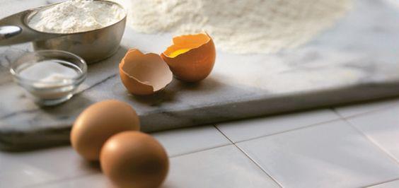 Crêpes de base  Rendement: 8 à 10 crêpes            Ingrédients    310 ml (1 1/4 tasse) de lait   2 oeufs   180 ml (3/4 tasse) de farine tout usage non blanchie   30 ml (2 c. à soupe) de sucre   1 pincée de sel   Beurre pour badigeonner