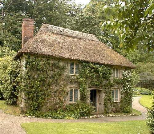 Love this house leaded windows thatched roof vines via for Cottage anglais
