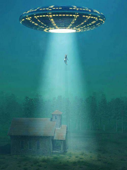 Dit is een soort ufo met iemand die in de lichtstraal 'zweeft'. Ik heb voor deze foto gekozen omdat dit het tuig is waarin de ontvoerders van Daisy vluchten. De ontvoerders en Daisy zitten in het ruimtetuig wat nog op de grond staat. Opeens komt er hulp voor Daisy en ze redden haar uit het ruimtetuig. Op dat ogenblik beslissen de ontvoerders om te vluchten en stijgen ze op naar boven.
