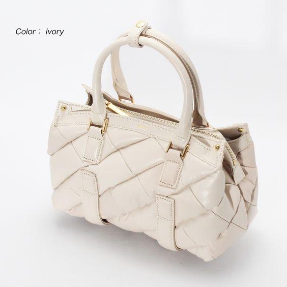 【CHARUER(シャルエ)/ FB29322】 大人の女性にふさわしいシックで落ち着いた配色とデザイン♪ 素材はゴートを使用し、柔らかくて軽い仕上がりです。 小ぶりに見えてマチがあるのでしっかり入るのも魅力的です♪(´ε` ) 商品ページはこちら http://www.hecrou-online-store.com/?pid=102638783