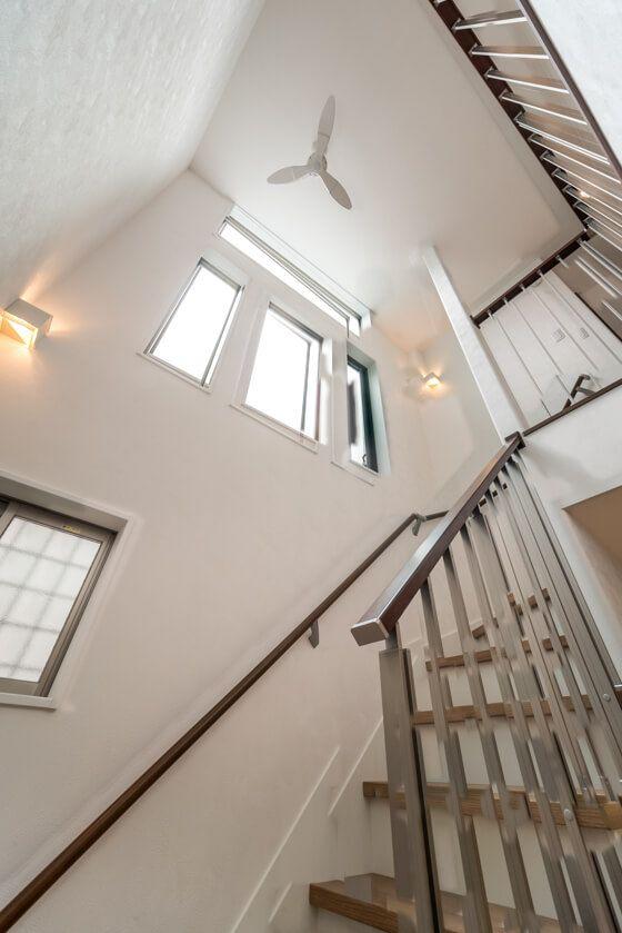 ダイニングの吹き抜け リビング階段の大きな窓から光を採りこむ