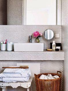 Pastilhas redondinhas deixam o banheiro com um toque vintage mas ainda moderninho - {Penny rounds tile gives a fun vintage yet modern look}