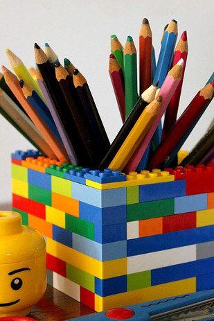 Organiza tu escritorio construyendo tu propio portalápices. | 21 formas de reutilizar de mejor manera tus legos: