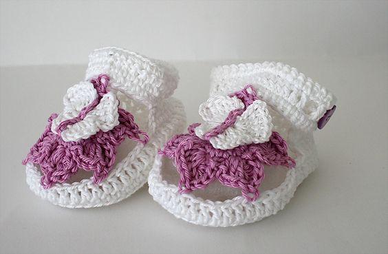 Diese schicken Sandalen haben für eine gute Stabilität eine doppelte Sohle. Geschlossen werden Sie seitlich mit einem Knopf.