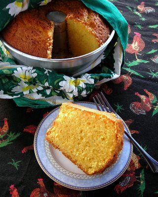 It's great to have friends who make you Brazilian corn cake. - Coisa boa ter amigos que fazem bolo de fubá para você.