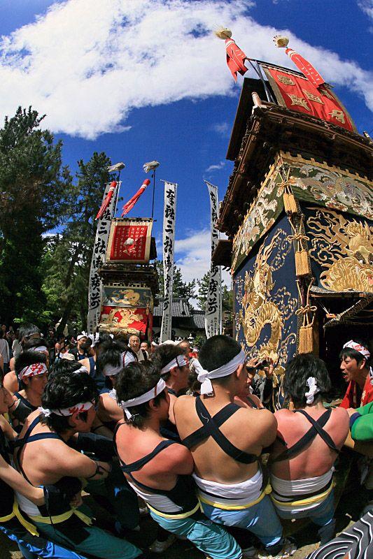 Kamezaki Festival in Handa City, Aichi, Japan - The floats are carried to the beach. 半田市 亀崎潮干祭